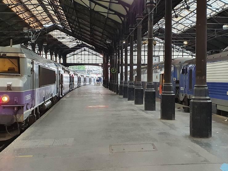 Pe peronul gàrii Saint-Lazare din Paris, luni 11 mai 2020, prima zi de iesire din izolare pentru francezi dupà 8 sàptàmâni, ora 8 dimineata