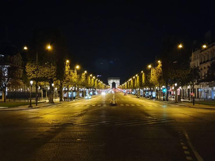 Avenue des Champs-Elysées, putin dupà ora 11 seara, în  prima sâmbàtà cu restrictii de circulatie la Paris, 17 octombrie 2020.