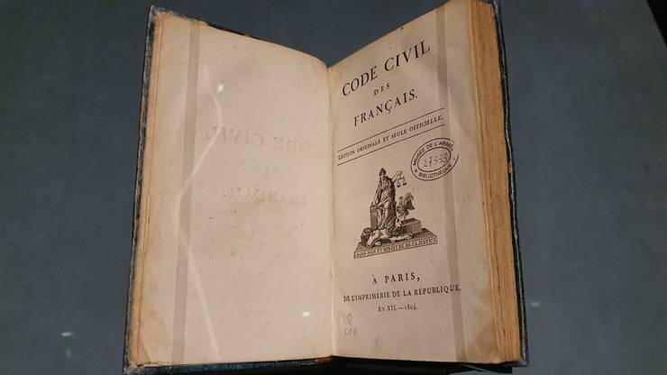 """Editie originalà a Codului civil francez, promulgat în 1804, la initiativa lui Napoleon. Exemplar expus la expozitia """"Napoléon"""" actualmente în curs la Grande Halle de la Villette din Paris."""