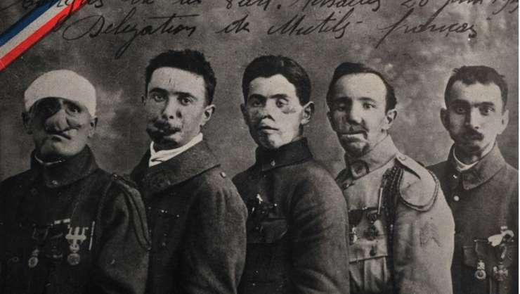 Carte postala de epoca: mutilati de razboi care au asistat la semnarea Tratatului de la Versailles.