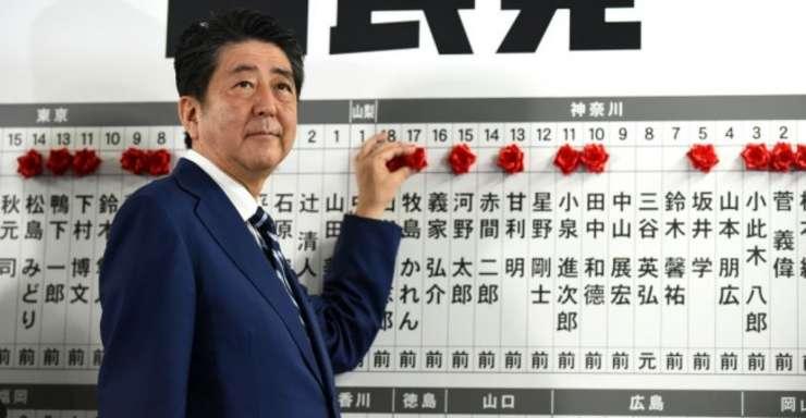 Premierul japonez Shinzo Abe la sediul partidului sàu, 22 octombrie 2017
