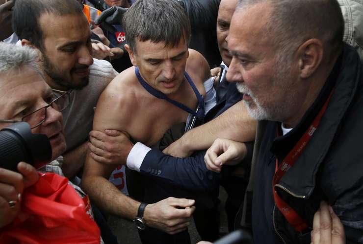 Salariaţi l-au atacat pe directorul pentru resurse umane Xavier Broseta, care a prezentat planul de măsuri drastice