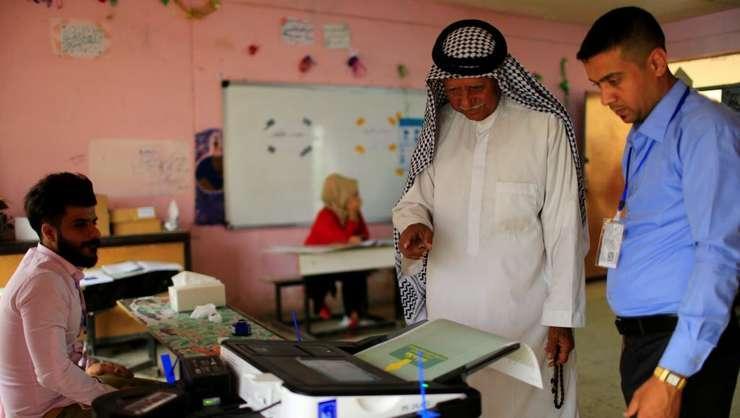 Un alegător votează la alegerile parlamentare din Irak, sâmbătă, 12 mai 2018 (Foto: Reuters/Thaier al-Sudani)