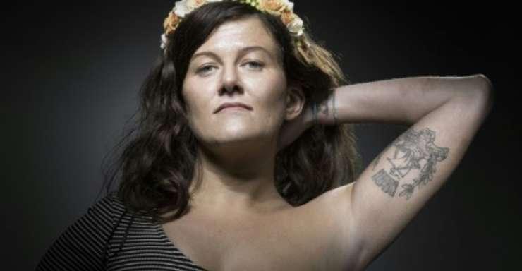 Alexandra Damien si tatuajul sau 'fluctuat nec mergitur', deviza Parisului devenita simbol în urma atacurilor teroriste care au îndoliat capitala Frantei.