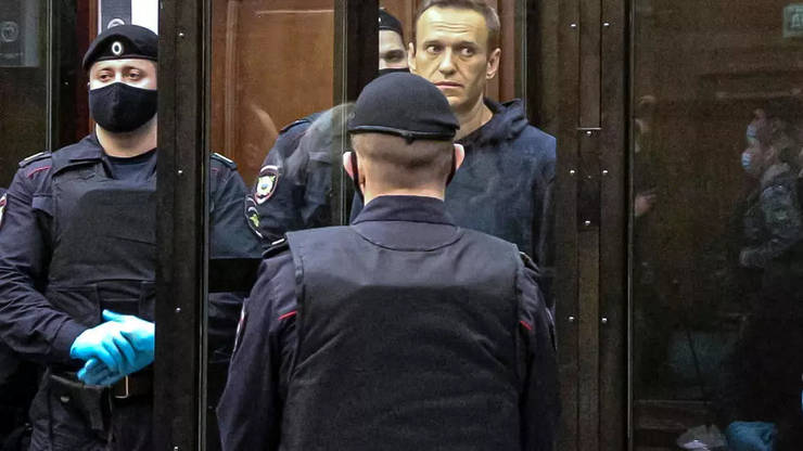 Navalnîi este condamnat la 2 ani și 8 luni de închisoare.