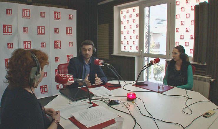 Andreea Orosz, Victor Negrescu și Cristiana Bogățeanu in studioul de emisie RFI