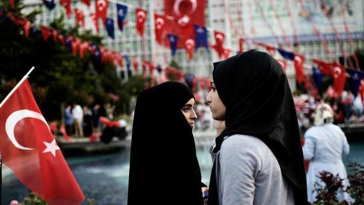 Două tinere participă la un miting pro-Erdogan la Istanbul (Foto: AFP/Aris Messinis)