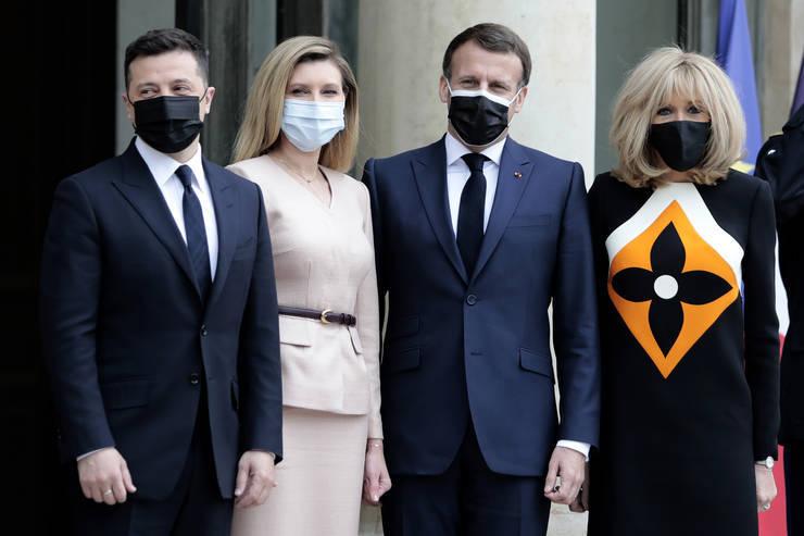 Presedintele Frantei, Emmanuel Macron, si sotia sa Brigitte Macron, pozeazà cu presedintele Ucrainei Volodimir Zelenski si Olena Zelenska înainte unui dejun de lucru la palatul Elysée, 16 aprilie 2021.