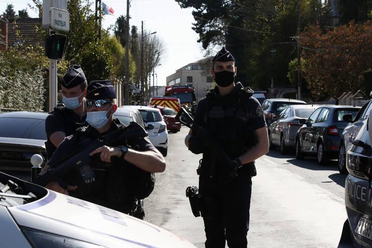Politia a blocat accesul pe strada din Rambouillet care duce la comisariatul unde o colegà de-a lor a fost ucisà cu cutitul. 23 aprilie 2021.