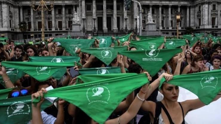 Manifestaţie a femeilor în faţa clădirii Congresului la Buenos Aires în favoarea legalizării avorturilor, 19 februarie 2018.