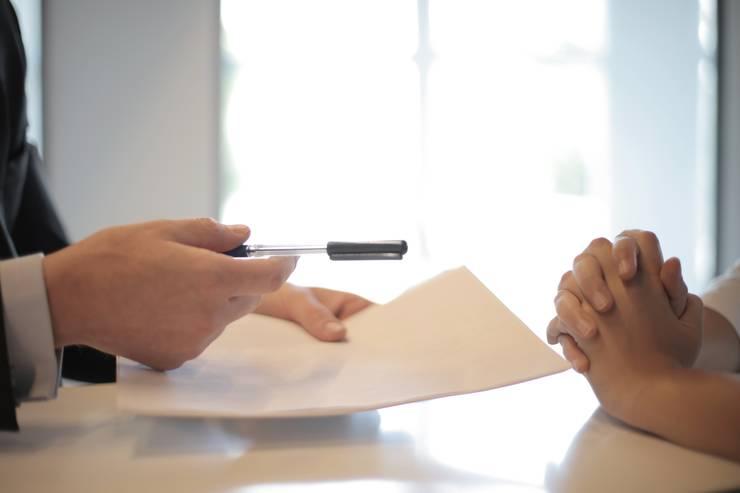 Broker de asigurare impreuna cu un client. Fotografie generica