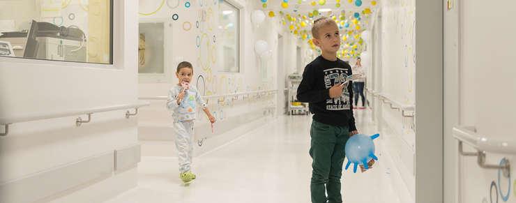 Asociatia Daruieste Viata a renovat sectia de pediatrie oncologica, diabet si boli rare din Spitalul Clinic de Copii Brasov cu 620.000 de euro, bani strânsi pe o platforma online.