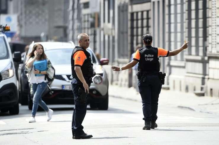 Poliţiştii redirecţionează traficul, în zona atacului armat de maţi, 29 mai 2018, din Liege, Belgia (Foto: AFP/John Thys)