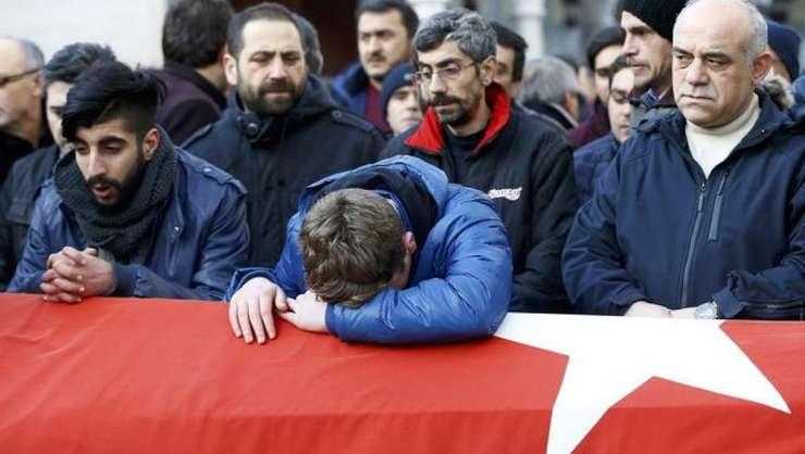 Persoane copleşite de durere, la funeraliile uneia dintre victimele atacului din Istanbul, din 31 decembrie 2016 (Foto:AFP/Yasin Akgul)