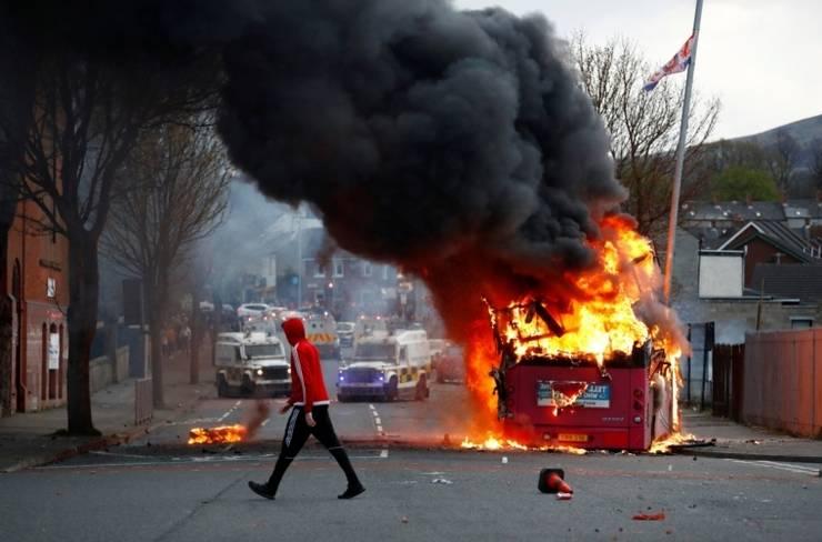 Autobuz incendiat la Belfast
