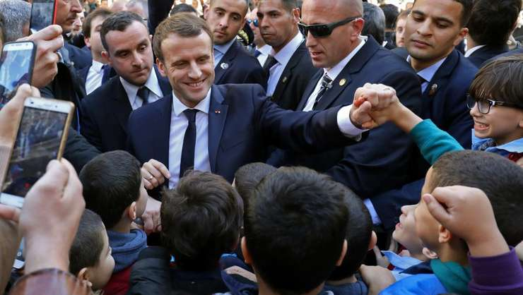Baie de multime pentru presedintele francez Emmanuel Macron pe strazile din capitala Alger, 6 decembrie 2017
