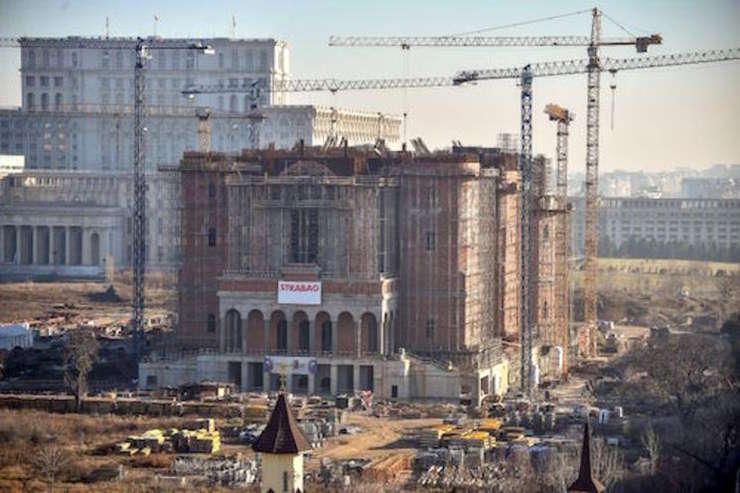 Şantierul Catedralei Neamului, cu Palatul Parlamentului în fundal (Foto: www.catedralaneamului.ro)