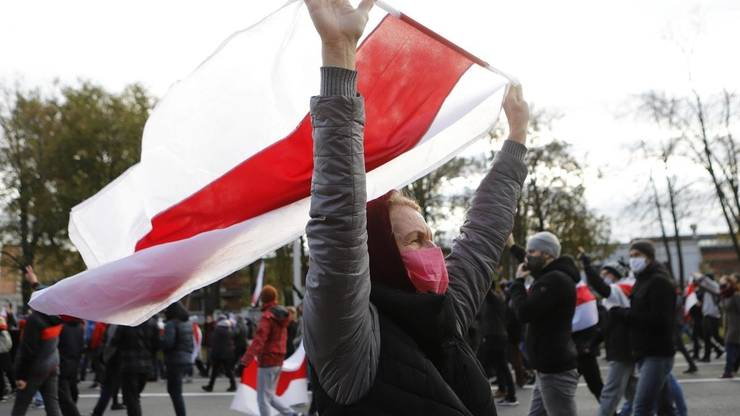 O opozantà a presedintelui Alexandr Lukasenko manifesteazà la Minsk în 18 octombrie 2020.