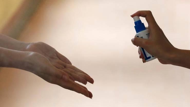 Autoritățile ne recomandă să ne curățăm mâinile regulat (Sursa foto: Reuters)