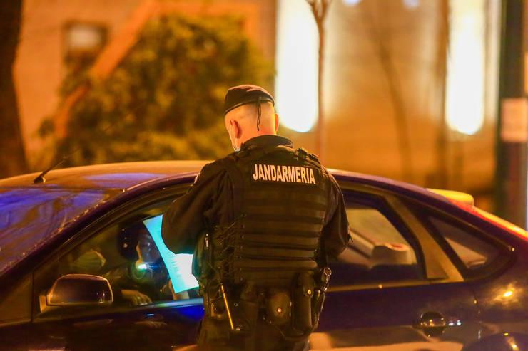 Un jandarm verifică documentele unui șofer, în Timișoara, martie 2021 (Sursa: MEDIAFAX FOTO/Emanuel Titus Iliesi)