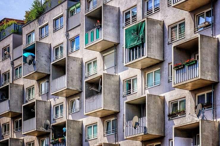 Statul îşi vinde locuinţele sociale, deşi nu are unde caza nevoiaşii.