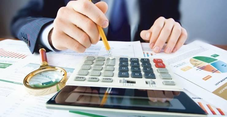 Primele date ale bugetului pe anul viitor arată că deficitul bugetar va depăși 3% din PIB. Alocările încearcă să ofere mai multe resurse pentru investiții și absorbția de fonduri europene.