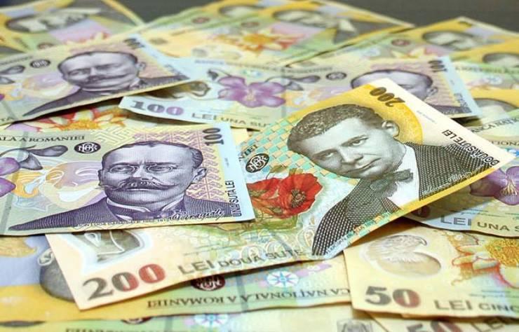 Salarii bugetari. Ilustratie: bancnote romansti de o suta si doua sute de lei.