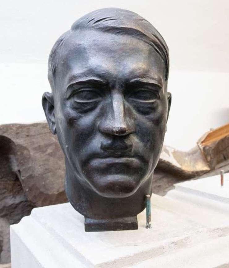 Bustul lui Adolf Hitler are o înaltime de 35 de cm si a fost descoperit în subsolul Senatului francez, în inima Parisului.