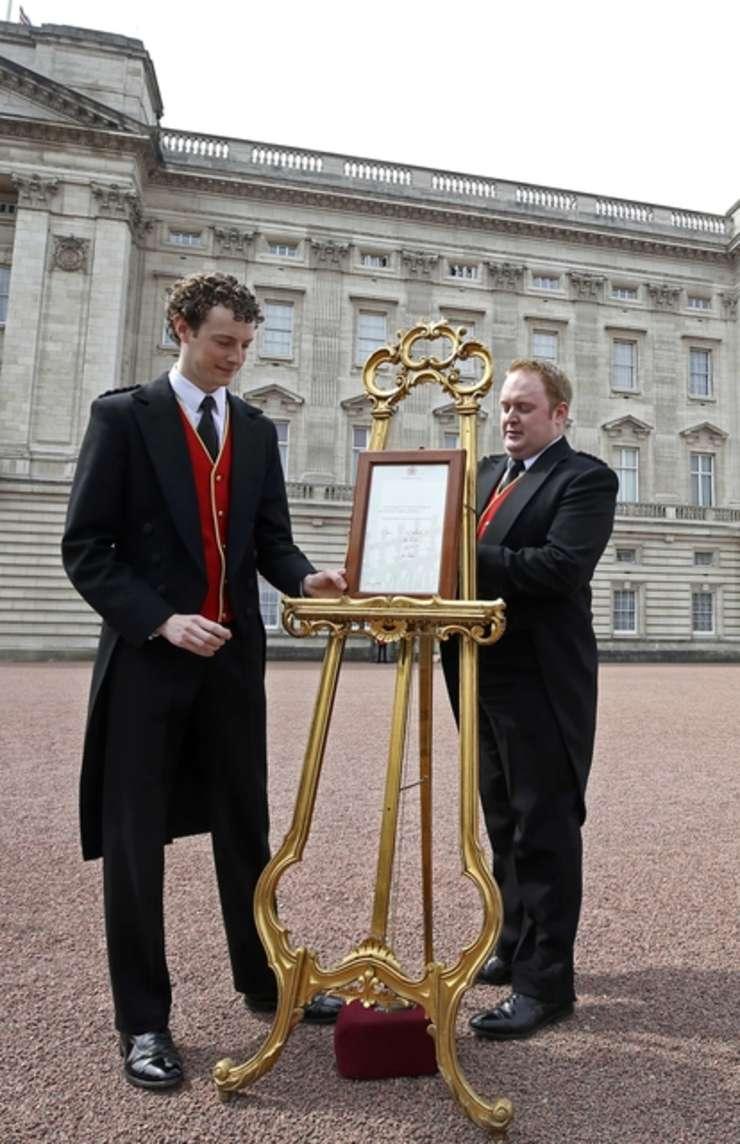 O placuţă a fost pusă în faţa Palatului Buckingham pentru a anunţa naşterea celui de-al doilea copil al cuplului princiar