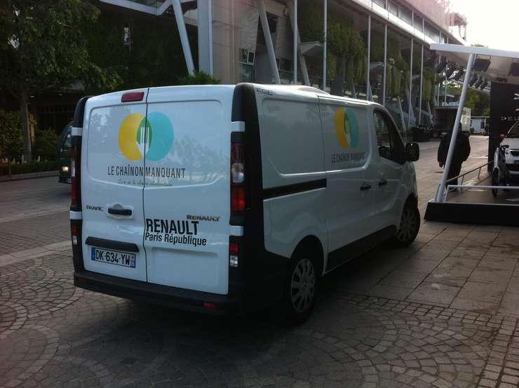 "Camioneta frigorificà a asociatiei ""Le chaînon manquant"" în zorii zilei la Roland Garros"
