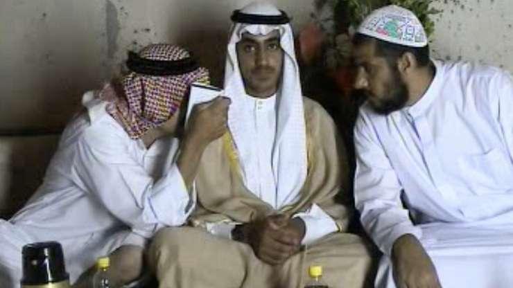 Captura de ecran a unui video difuzat de CIA în noiembrie 2017 în care poate fi vazut Hamza Ben Laden (în centru).