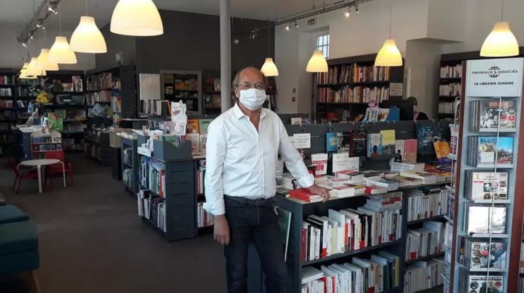 """Librăria """"L'instant lire"""" din regiunea pariziană gata să-şi primească publicul."""