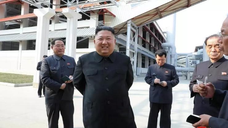 Kim Jong-un inaugurînd o uzină de îngrăşăminte chimice, 2 mai 2020.