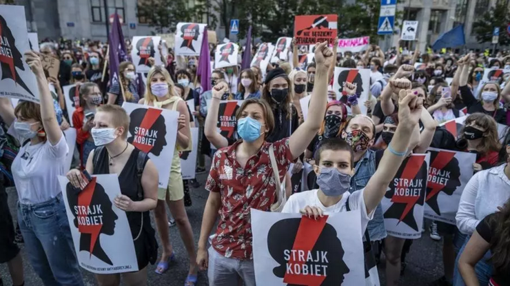 """Vineri 24 iulie,  proteste la Varşovia împotriva deciziei guvernului de a ieşi din convenţia de la Istanbul. """"Greva femeilor"""", se putea citi pe diverse pancarte."""