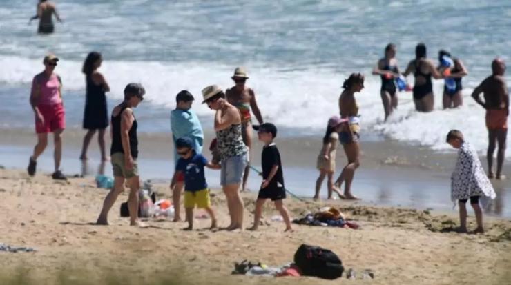 Regulile de distanţare socială sunt prea puţin respectate în Franţa pe plaje şi în alte locuri turistice.