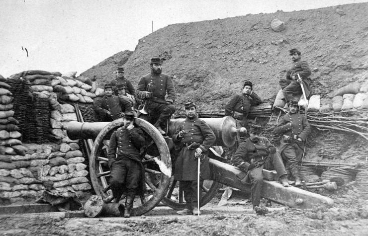 Fotografie datînd din 1870: artilerişti francezi