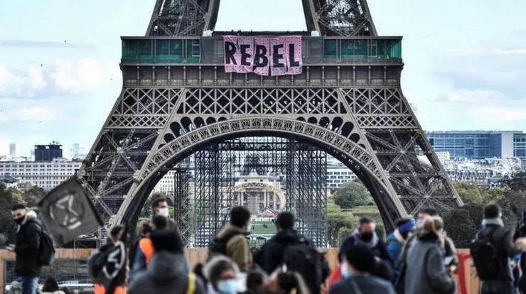 Banderolă agăţată de Extinction Rébellion duminică 11 octombrie la primul etaj al Turnului Eiffel la Paris.