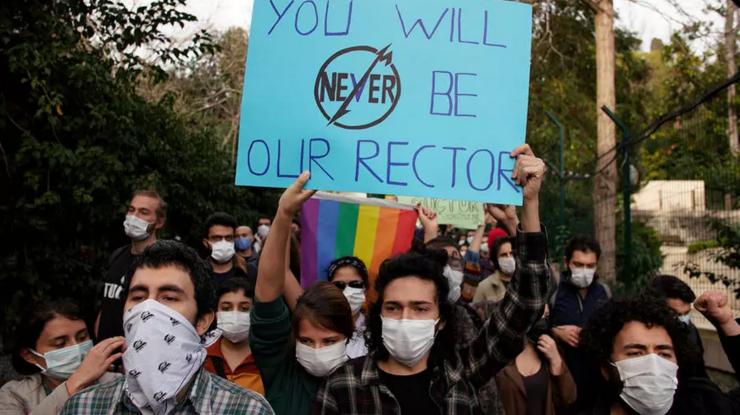 Studenţi turci manifestînd împotriva numirii unui rector apropiat de putere în fruntea universităţii Bosfor de la Istanbul.