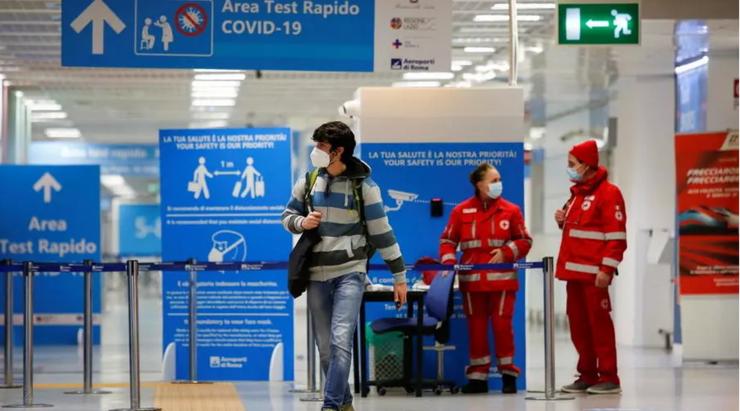 Testele se generalizează în aeroporturile europene, dar paşaportul sanitar încă nu.