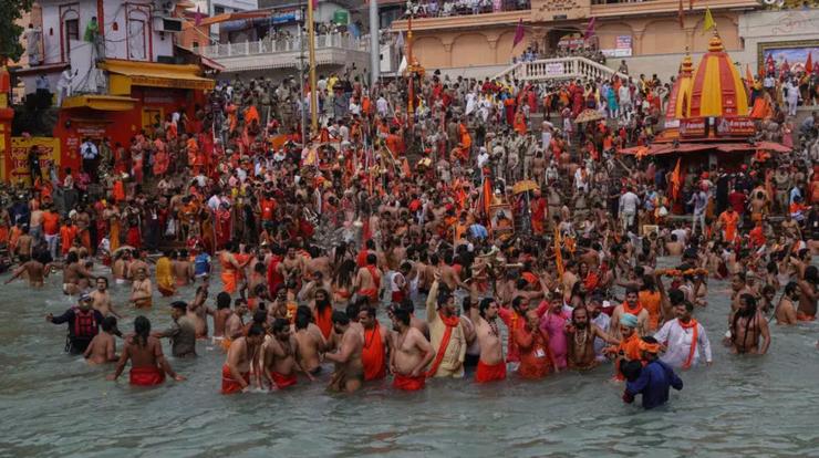 Pelerinaj religios, purificare în fluviul Gange, statul Uttarakhand din nord-estul Indiei, 12 aprilie 2021.