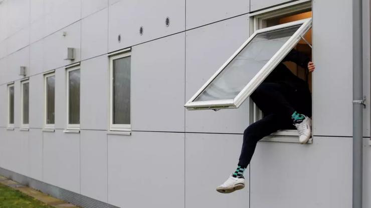 Migrant încercînd să fugă dintr-un centru de candidaţi la azil danez, Jutland, 26 martie 2019.