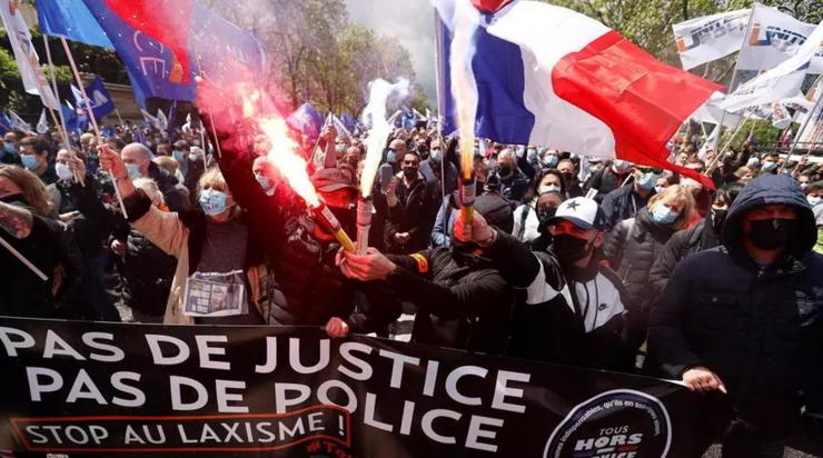 """Pe data de 19 mai zeci de mii de poliţişti au manifestat în faţa Adunării Naţionale Franceze la Paris denunţînd """"laxismul"""" justiţiei."""