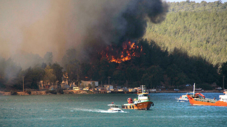 În Turcia, turişti şi călători au fost evacuaţi uneori cu vasele din cauza incendiilor din staţiunea Bodrum (29 iulie 2021)