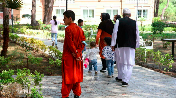 Familie de afgani primită în staţiunea turistică Golem situată la vest de Tirana, august 2021.