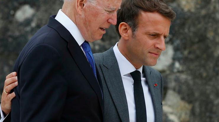 Preşedintele american Joe Biden şi preşedintele francez Emmanuel Macron în cursul reuniunii G7 din Anglia, iulie 2021.