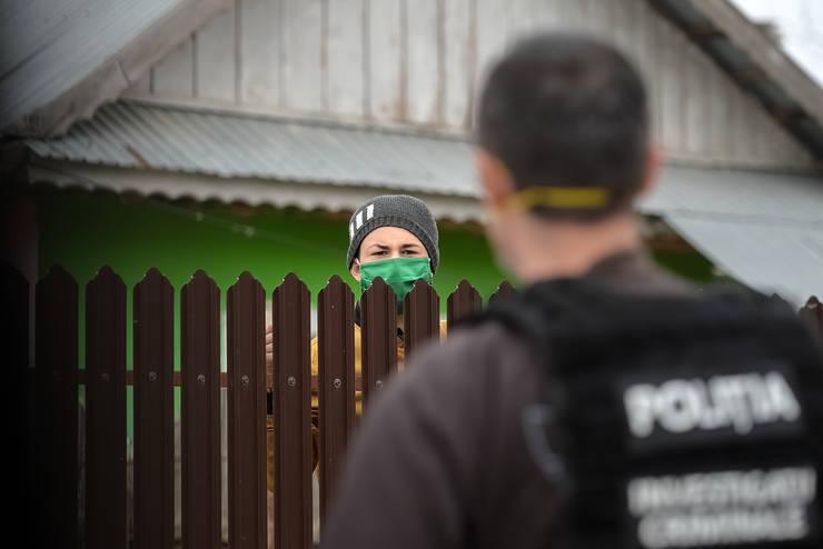 Un copil vorbește cu un polițist, în orașul Țăndărei, pe timp de carantină-aici, aprilie 2020 (Sursa: MEDIAFAX FOTO/Alexandru Dobre)
