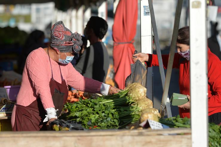O femeie își face cumpărăturile în Piața Obor (Sursa: MEDIAFAX FOTO/Eduard Vînătoru)