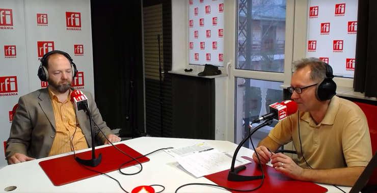 Cătălin Tobescu și Constantin Rudniţchi in studioul de emisie RFI Romania