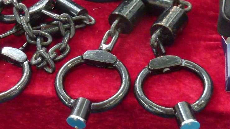 Catuse de glezna utilizate in timpul unor sesiuni de tortura