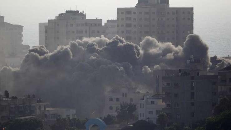Atac israelian asupra unor clădiri din Gaza (Foto: Reuters/Ahmed Zakot)